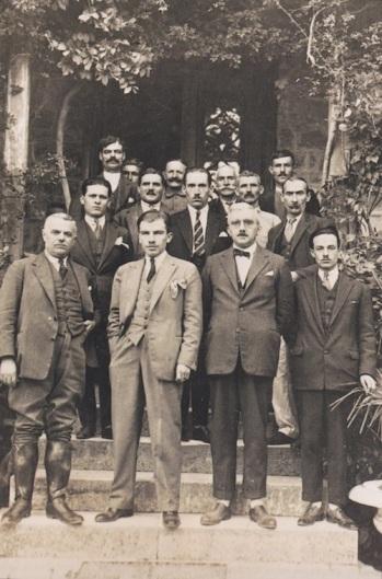 Τα στελέχη του Βασιλικού Κτήματος Τατοΐου το 1929 μπροστά από το Διευθυντήριο του Κτήματος. Στην πρώτη σειρά, δεύτερος από αριστερά, ο δασολόγος Βασίλειος Δρούβας, διευθυντής του Κτήματος (πηγή: Σταματόπουλος Κώστας, «Το χρονικό του Τατοΐου», εκδόσεις Καπόν, Αθήνα 2004).