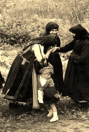 Το χειροφίλημα στη Βάβω: ο σεβασμός στη γραία μάνα. Ήπειρος, δεκαετία του 1950.