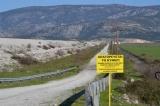 Πινακίδες απαγόρευσης θήρας στο μόνιμο καταφύγιο άγριας ζωής στην περιοχή της τεχνητής λίμνηςΚάρλας
