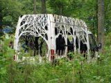 «Έβαλε» το δάσος μέσα σε αυτοκίνητα και πάνω σε σήματαδρόμων